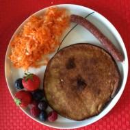 Pandekage af banan og æg med snackpølse, råkost med kål og bær