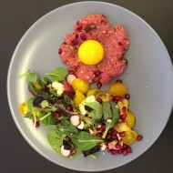 Tartar med æggehvide og salat